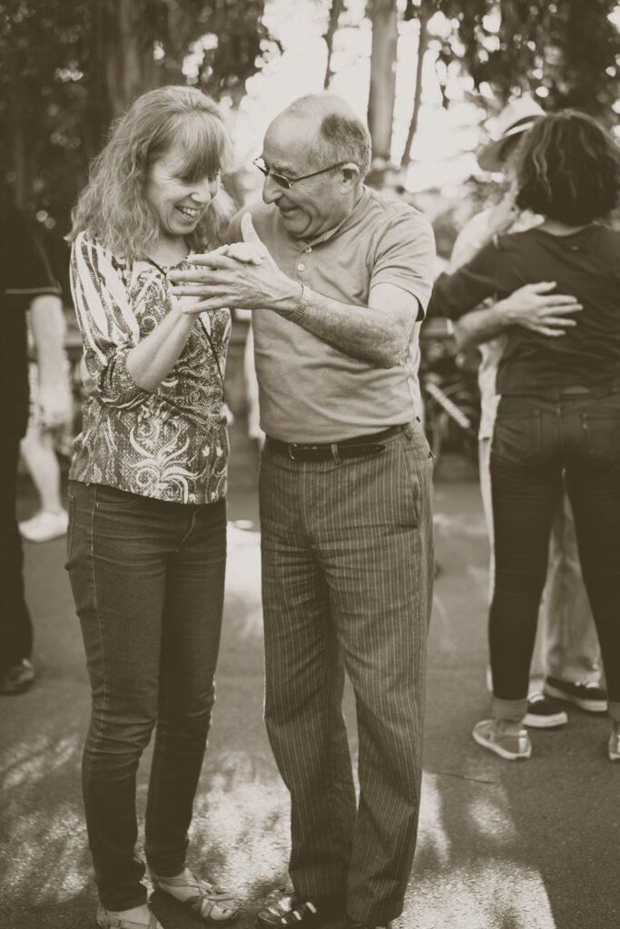 personne âgée danse mouvement bal joie
